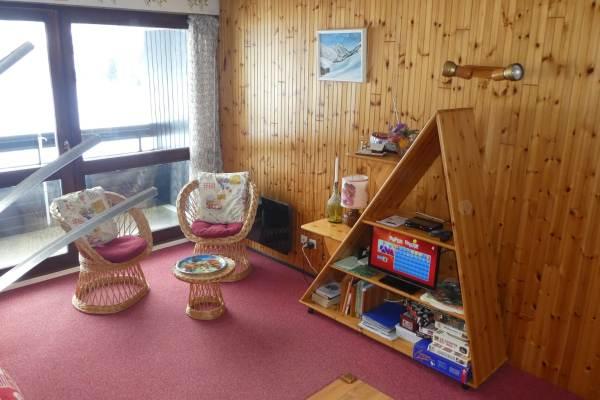 Vue panoramique pièce principale vers meuble télévision et jeux