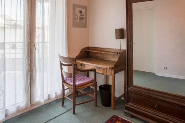 Chambre avec table de travail