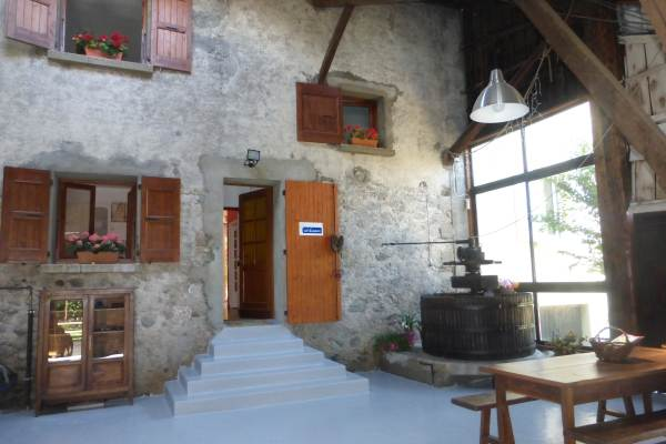 entrée gîte par le préau : (de gauche à droite) : en rdc  chambre 2, entrée. Au 1er cuisine