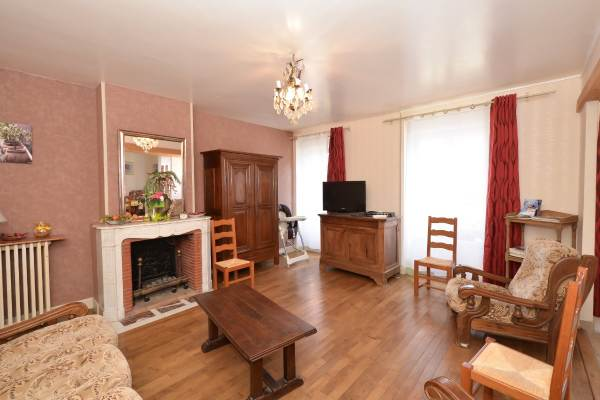 Grand salon confortable et lumineux