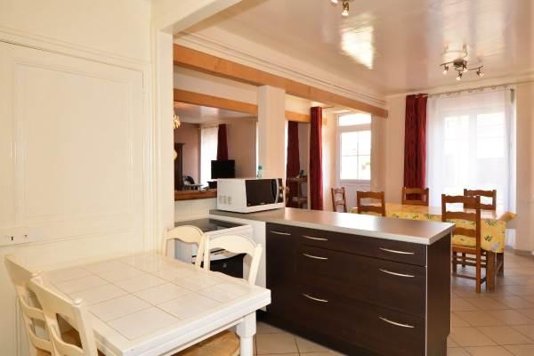 Grande cuisine ouverte sur salle à manger