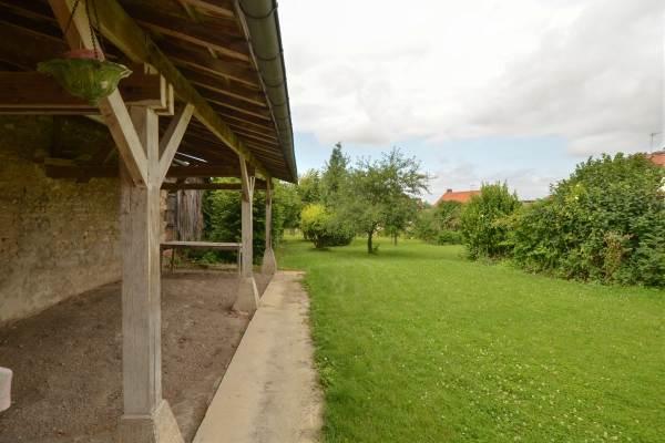 Espace jardin et grand abri couvert