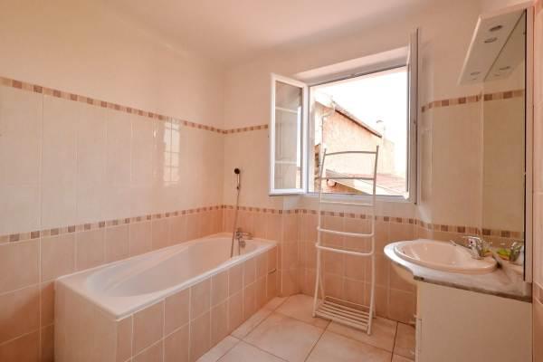 Salle de bain vaste et lumineuse