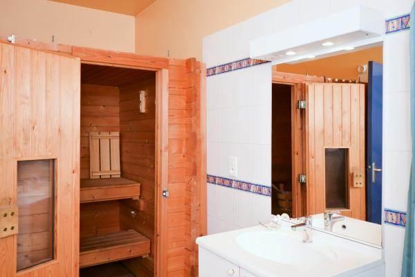 Salle d'eau avec sauna