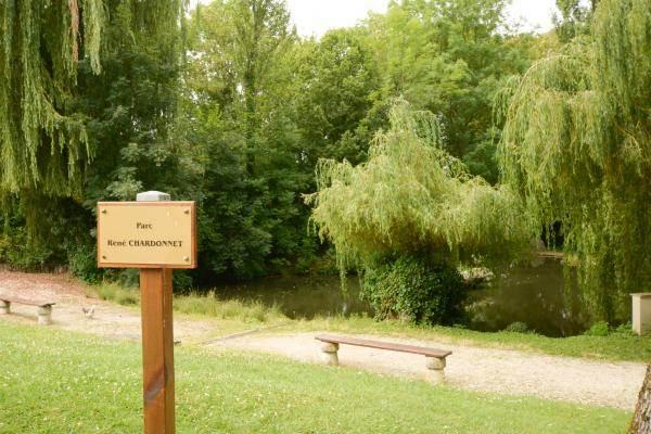 Parc verdoyant avec étang à proximité