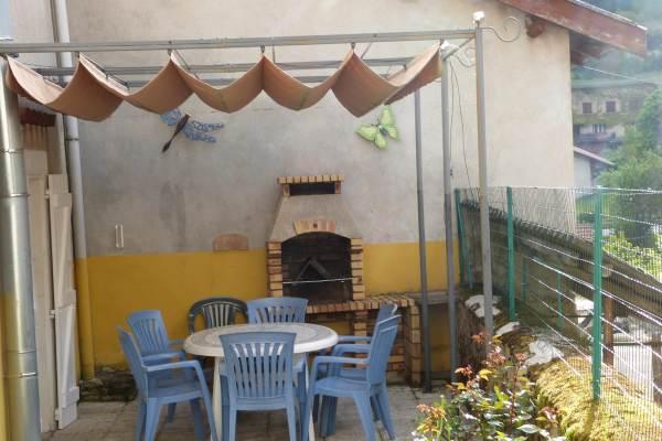 coin terrasse avec barbecue.Gîte Le Malaval - Maison de charme au coeur du parc du Vercors.