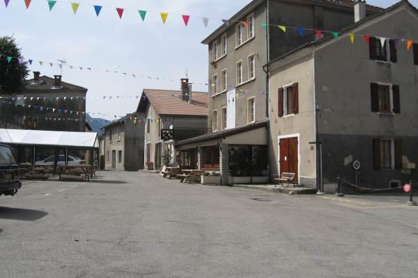 place du village de Saint Agnan à 200m.Gîte Le Malaval - Maison de charme au coeur du parc du Vercors.