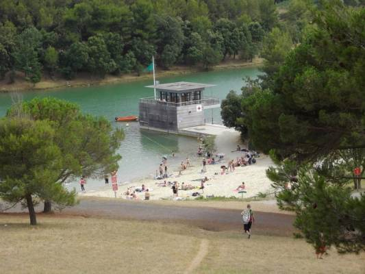 Le lac aménagé de la cavayère à 800 M, baignade, mini golf, balade, acro-branches, location pédalo,etc;;;