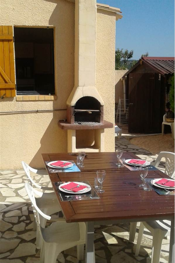 Terrasse, table mise et barbecue