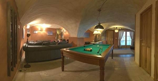 Chalet Alpe d'Huez - idéal pour vacances en famille - salon avec billard