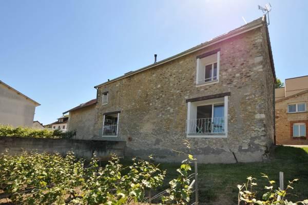 Maison de village en pierres vue sur vignes
