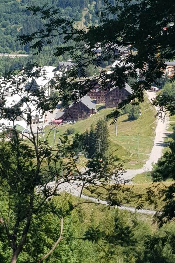 Vue sur Oz et le Chalet du Pic Blanc depuis la montagne