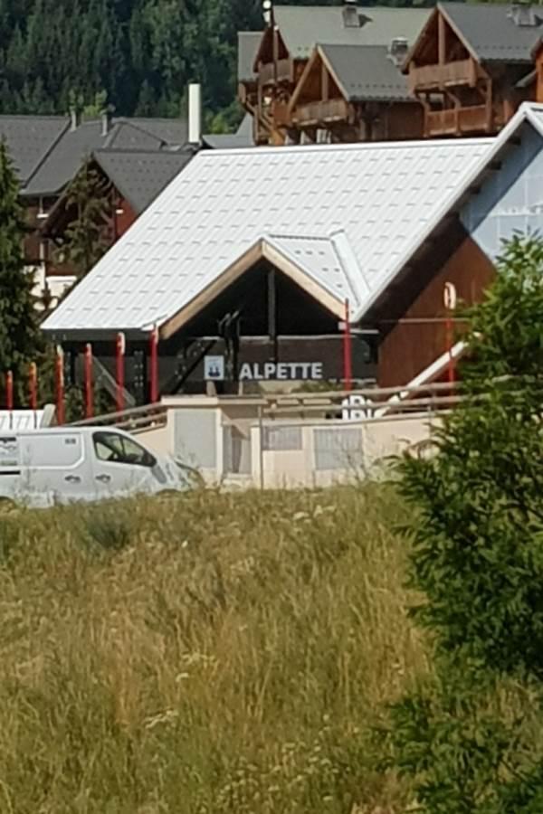 Départ du télésiège de l'Alpette, vu depuis l'entrée de l'appartement....on y accède à skis, par le haut du Chalet du Pic Blanc