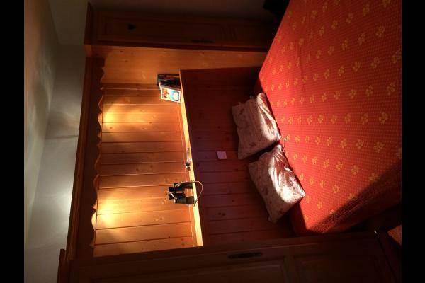 Une chambre double avec coin douche-lavabo