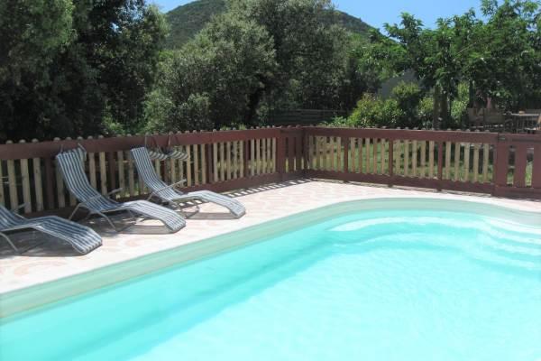 La piscine privée avec vue sur la montagne