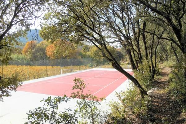 Le terrain de tennis privé dans le parc