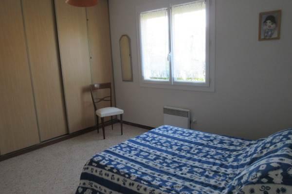 Chambre 3 personnes : 1 lit 140 et 1 lit 90 et grand placard