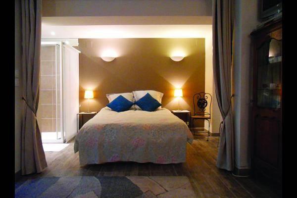 le lit 2 places dans une alcôve à côté d'un espace séjour avec 2 lits gigognes