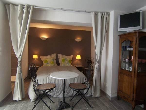 un lit 2 places avec dressing et douche