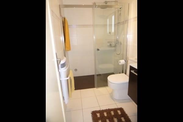 la salle de bain avec grande douche à l'italienne et son WC carréné