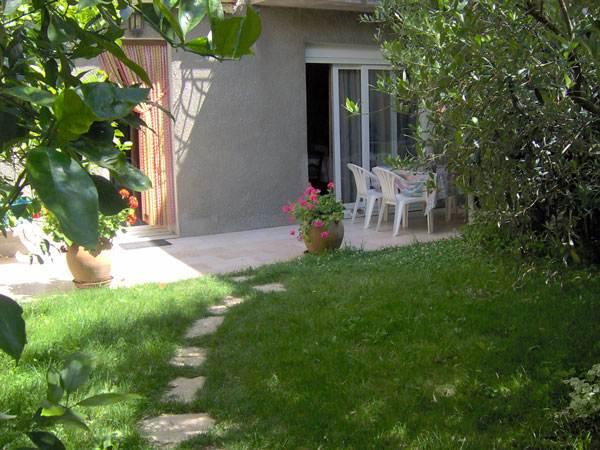 la terrasse devant l'appartement