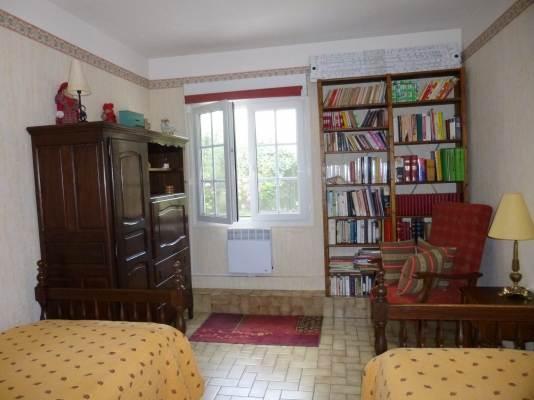 la chambre a 2 lits en 90 et sa bibliothèque