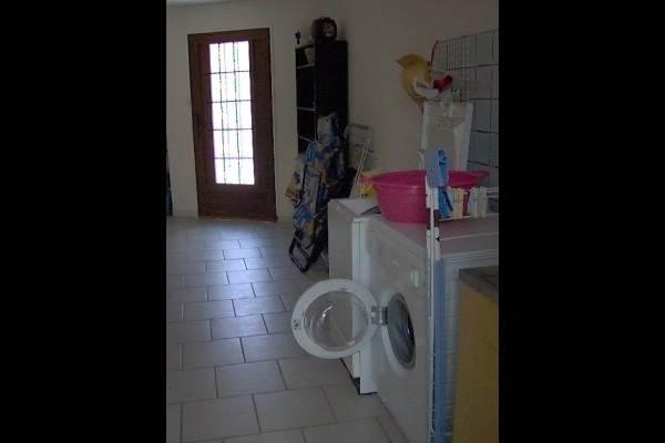 la buanderie et ses machines à laver et sèche linge
