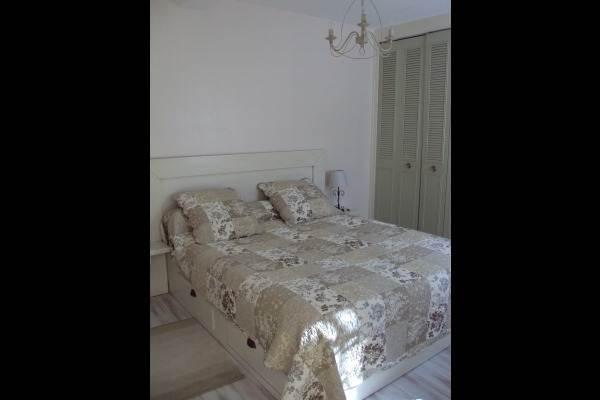 la chambre avec lit en 160 et ses rangements