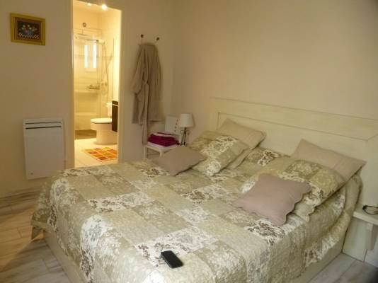 la chambre dans les tons de beige et sa salle de bain attenante