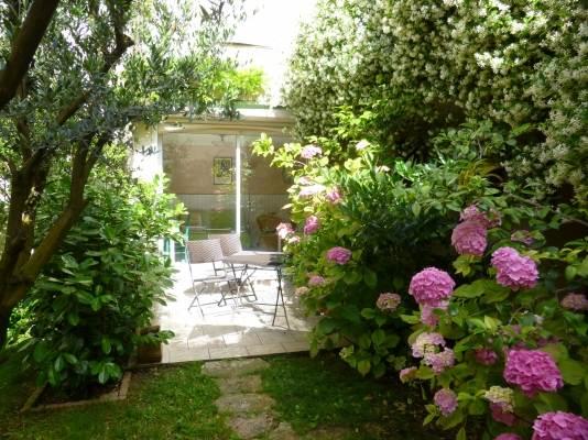 le studio donnant sur une terrasse fleurie