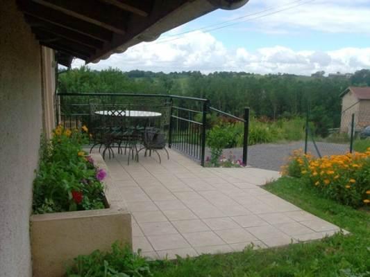 Terrasse et pelouse réserver au gîte SAPHIR