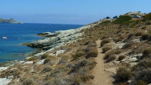 Baignade sur rochers et sentier littoral à 4 km des gîtes