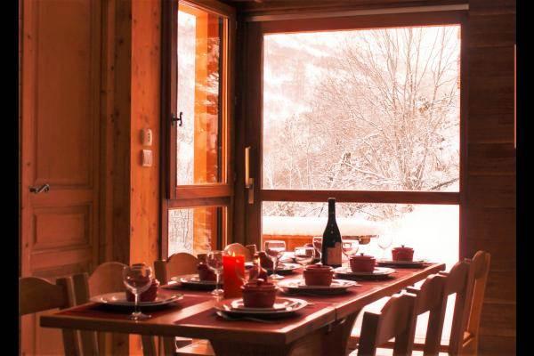 sa salle à manger avec sa baie vitrée
