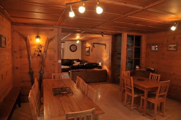 Salon salle à manger chalet de charme savoyard à louer Vallée de Chamonix Mont Blanc