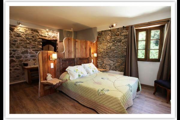Chambre n°2 avec sa salle de bain ouverte.