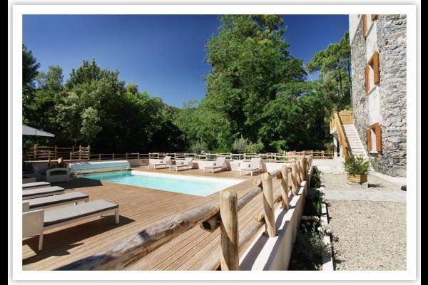 Espace piscine clôturée et fermé.(piscine chauffée à 28°°