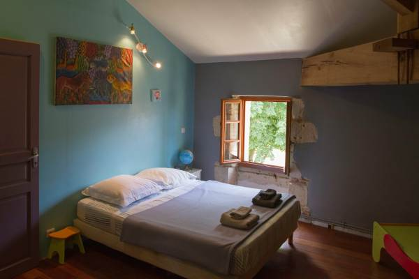 chambre bleue lit 140x190 et salon avec canapé lit