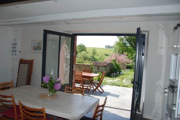 La cuisine ouvre sur la terrasse