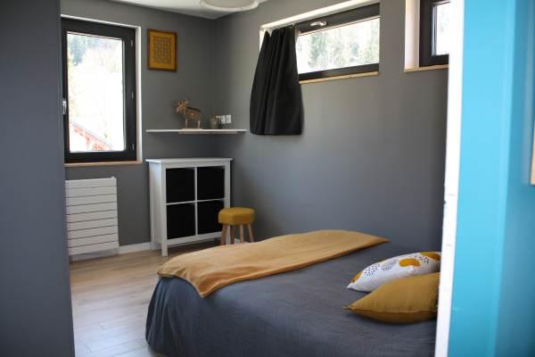 chambre grise avec sdb