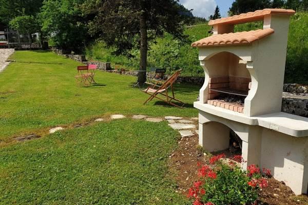 Jardin vue sur barbecue