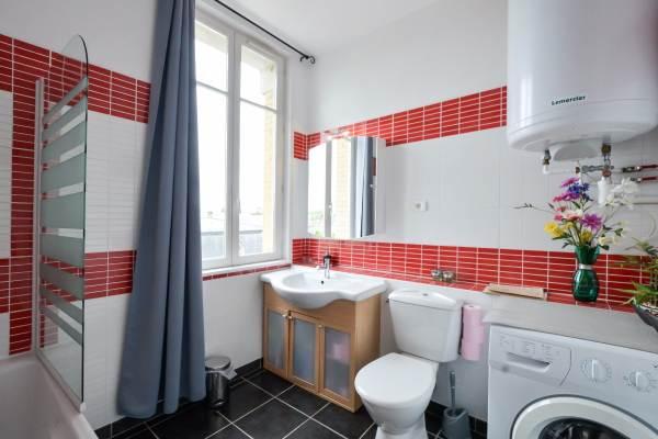 Grande salle de bain avec toilettes