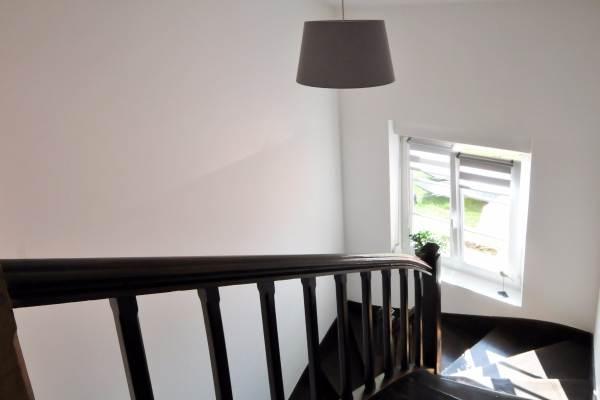 Bel escalier menant à l'étage depuis le salon