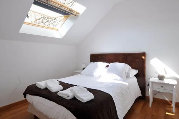 Chambre étage fenêtre de toit et store occultant
