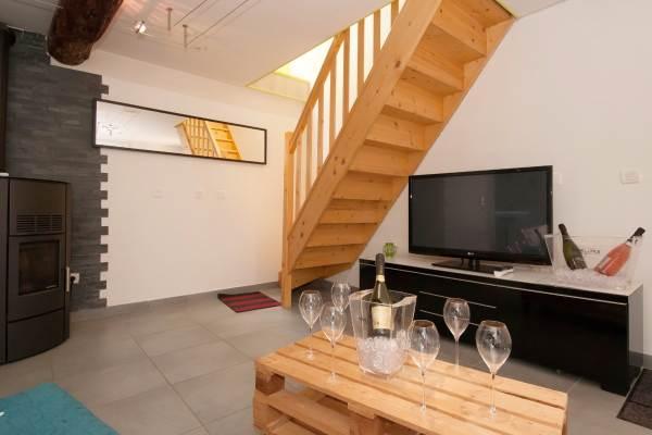 Accès à l'étage, chambre et sanitaires