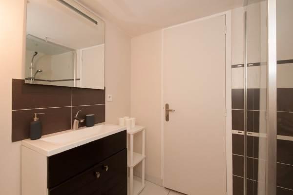 Salle d'eau avec grande douche et toilette indépendante