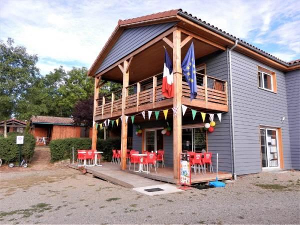 Terrasse du snack boissons fraîches, glaces, épicerie ... pendant ouvertures de la réception
