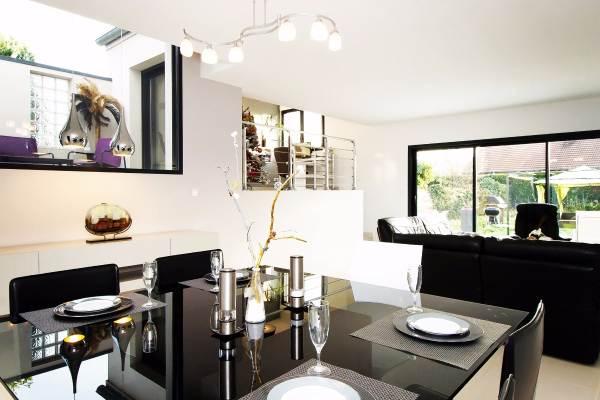 Grande pièce à vivre contemporaine et lumineuse avec vue terrasse et jardin