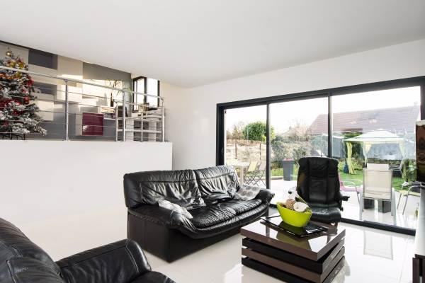 Salon espace détente et bureau sur mezzanine