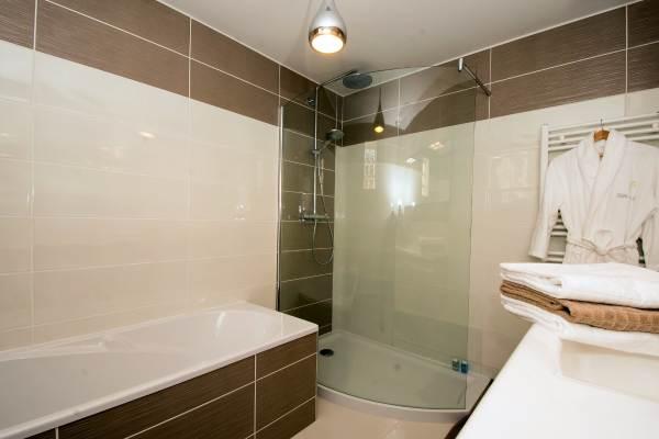 Grande salle de bain et douche à l'étage