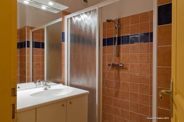 une des salles de bain avec douche (3 salles de bain avec douche lorsque la totalité du chalet est loué